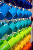 Colorful ceramic mugs on the stand — Foto Stock