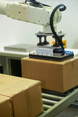 Industrial robot automatic stack of Cardboard Boxes — Stockfoto