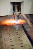 Industriële lasersnijden van stalen metaalplaat met vonken — Stockfoto