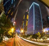 Noční ulice mrakodrapů na hong kong ostrově — Stock fotografie