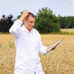 Junge Agrarwissenschaftler mit Ergebnis zufrieden — Stockfoto