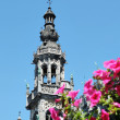 Medieval tower on Grand place in Brussels behind flowers — Stock Photo