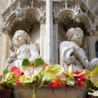 Gothic statue of medieval queen and king decorating facade on Grand Place in Brussels — Stock Photo #12285277