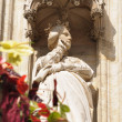 Gothic statue of medieval queen decorating facade on Grand Place in Brussels — Stock Photo
