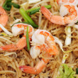 Foto Stock: Closeup image of Thai fried noodles with prawns and vegetables