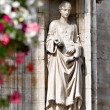Statue of medieval princess on the wall of gothic building in Grand Place in Brussels - Foto Stock