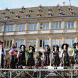 Groupe Folklorique Alsacien d'Obermodern shows traditional clothes of Alsace region to tourists on August 22, 2010 in Strasbourg — Foto Stock