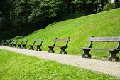 Bancos de jardín de la abadía de la cambre en bruselas en un día soleado de verano — Foto de Stock