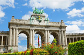 Triumph Arch in Cinquantennaire Parc in Brussels in clear autumn day — Stock Photo