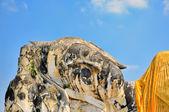 Statua di buddha nei pressi delle rovine di ayutthaya, l'antica capitale della thailandia — Foto Stock