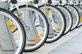 Biciclette parcheggiate in strada nel centro storico di bruxelles — Foto Stock