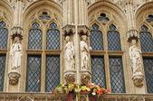 Estátuas góticas realistas dos reis medievais e rainhas decorando a fachada na grand place em Bruxelas — Fotografia Stock