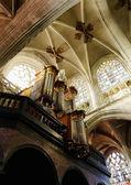 Interior de la iglesia católica en bruselas petit sablon y órgano — Foto de Stock