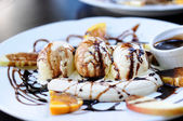 Banana split met vanille-ijs en chocolade siroop — Stockfoto