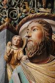 Lackiert mittelalterliche gotische statuen auf der dekoration der fassade des doms in maastricht, niederlande — Stockfoto