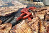 Preparación al aire libre de diferentes tipos de carnes y embutidos — Foto de Stock