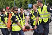 Belgijski zespół czerwonego krzyża pomaga osobie z udaru słonecznego podczas święto narodowe belgii — Zdjęcie stockowe