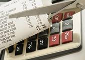 Recortar gastos concepto imagen con recibo de calculadora y tienda de alimentos — Foto de Stock