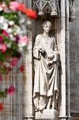 Socha středověkého princezna na zdi gotická stavba v grand place v bruselu — Stock fotografie