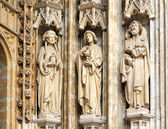 Three medieval personages on entry in catholic church Petit Sablon in Brussels, Belgium — Stok fotoğraf