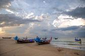 Atardecer en la playa kamala bay en tailandia, isla de phuket. — Foto de Stock