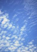 Modrá obloha s malými mraky — Stock fotografie