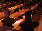 ベンチの上の教会のステンド グラスの窓からピンクと紫の反射 — ストック写真