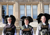 Group Folklorique Alsacien d'Obermodern demonstrates traditional dresses of Alsace region to tourists — Stock Photo