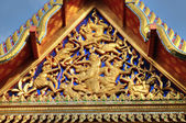 Fragment of ancient carving decorating roof of Buddhist temple in Bangkok, Thailand — Stock Photo