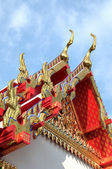 Ancient carving decorating roof of Buddhist temple — Stock Photo