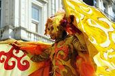 Participante desconocido onu muestra su traje exótico en zinneke parade — Foto de Stock