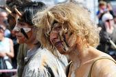 Partecipante non identificato gioca bella carattere mistico durante zinneke parade su 19 maggio 2012 a bruxelles — Foto Stock