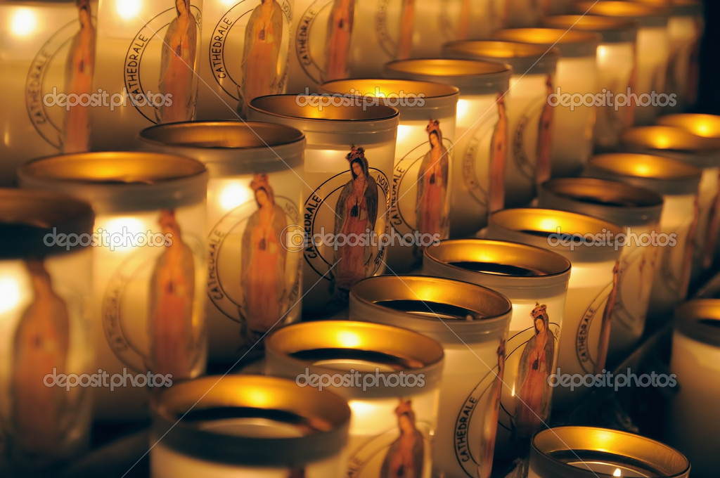PARIS, FRANCE-MARCH 22: Especially designed candles with image of Mary lit by visitors of Notre Dame de Paris on March 22, 2009 in Paris. — Stock Photo #12286013