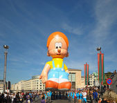 BRUSSELS, BELGIUM-SEPTEMBER 8: Giant cartoon character in Balloons Day Parade arrive to Place de l'Albertine on September 8, 2012 in Brussels. — Stock Photo