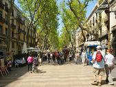 BARCELONA, SPAIN-APRIL, 13: Tourists crowded La Rambla on April 13, 2009 in Barcelona. — Stock Photo