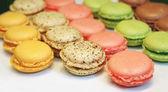 Pasteles de diferentes colores con chocolate en una bandeja blanca — Foto de Stock