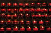 Rangées de bougies d'allumage dans l'église catholique — Photo