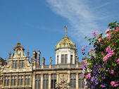 Top of medieval building on Grand Place in Brussels in sunny day with flowers — Stock Photo