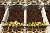Details of medieval architecture of building on Grand Place in Brussels with flowers — Stock Photo
