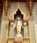 Standbeeld op de muur van boeddhistische tempel in thailand eiland phuket — Stockfoto