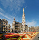 BRUSSELS, BELGIUM-AUGUST 15: African theme Flower Carpet attracted tourists from the entire world to Grand Place on August 15, 2012 in Brussels. This is biennial eve — Stock Photo