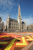 BRUSSELS, BELGIUM-AUGUST 15: African theme Flower Carpet attracted tourists from different countries to Grand Place on August 15, 2012 in Brussels. This is biennial — Stock Photo