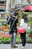 Bruselas, Bélgica-agosto 14: rara combinación en el mismo lugar del evento alfombra 2012 flor y un mercado de flores en la grand-place atraído a muchos turistas de la e — Foto de Stock