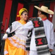 Dancers of Xochicalli Mexican folkloric ballet show national dance in a concert on Grand Place — Stock Photo