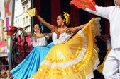 Dancers of Xochicalli Mexican folkloric ballet perform in a concert on Grand Place — Stock Photo