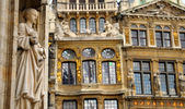 Details of medieval architecture of building on Grand Place in Brussels — Stock Photo