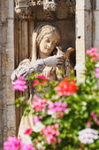 Statue of medieval girl with pigeon and leaves on Grand Place — Stock Photo