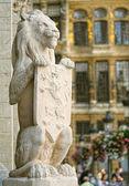 Guardian lion från medeltida rådhuset på grand place — Stockfoto