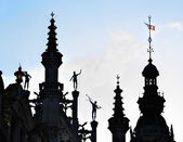 Neogothic silhouettes against sun of medieval building on Grand Place — Stock Photo