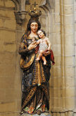 Statue of Mary with Christ child — Stock Photo